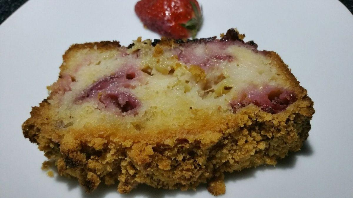 4 - Laisser tiédir, démouler et présenter sur une assiette à dessert en décorant le cake de quelques moitiés de fraises.