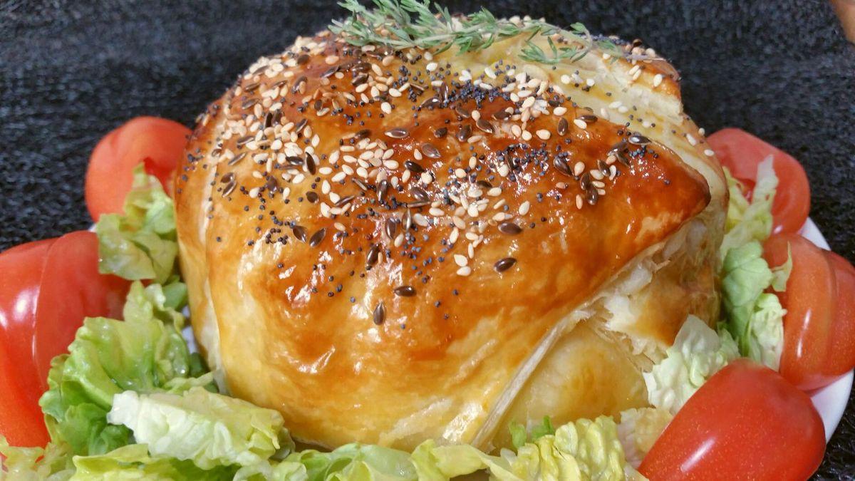5 - Servir dès la sortie du four accompagné de salade, de tomates et d'une sauce vinaigrette.