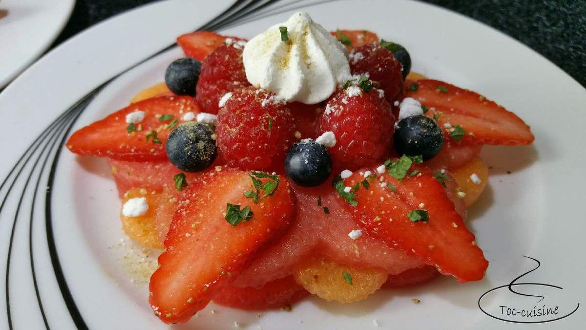 fleurs étoilées de fruits frais framboises fraises
