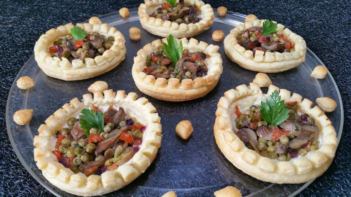 5 - Servir les tartelettes dès la sortie du four décorées d'une feuille de persil et accompagnées d'une salade.