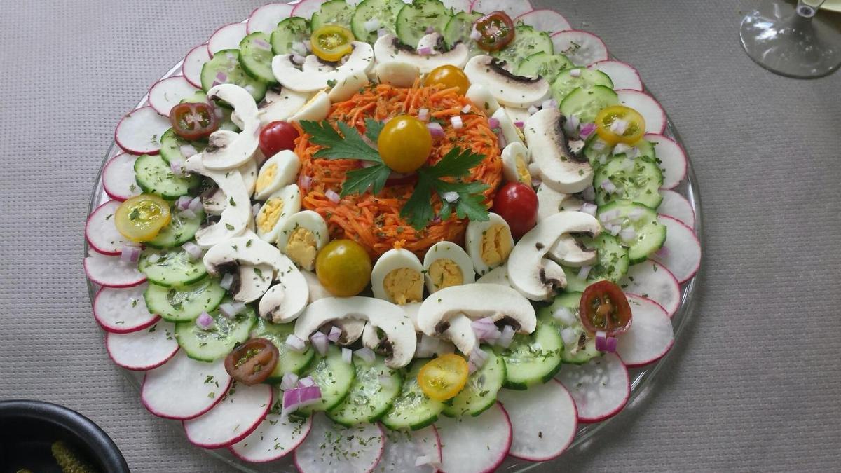 1 - Mettre les oeufs de caille à cuire dans une casserole d'eau jusqu'à ce qu'ils deviennent durs (5mn environ) . Laver les radis, le concombre, les tomates, le persil, peler les champignons de Paris. Découper en rondelles les radis roses et le concombre (en laissant la peau et après avoir réalisé des cannelures), tailler les champignons en lamelles. Couper en 2 quelques tomates cerises. Ciseler le persil et l'échalote. Une fois cuits, refroidir et écaler les oeufs de caille, les couper en 2. Râper et assaisonner les carottes à votre goût (ou les acheter toutes prêtes). Disposer ensuite joliment toutes vos crudités sur un grand plat de service, parsemer d'échalote et de persil ciselés. Mettre au frais jusqu'à la dégustation (recouvrir éventuellement de feuilles de sopalin mouillées et essorées afin que rien ne dessèche). Au moment de servir décorer de quelques feuilles de persil et accompagner de cornichons et d'une vinaigrette ou sauce de votre choix.