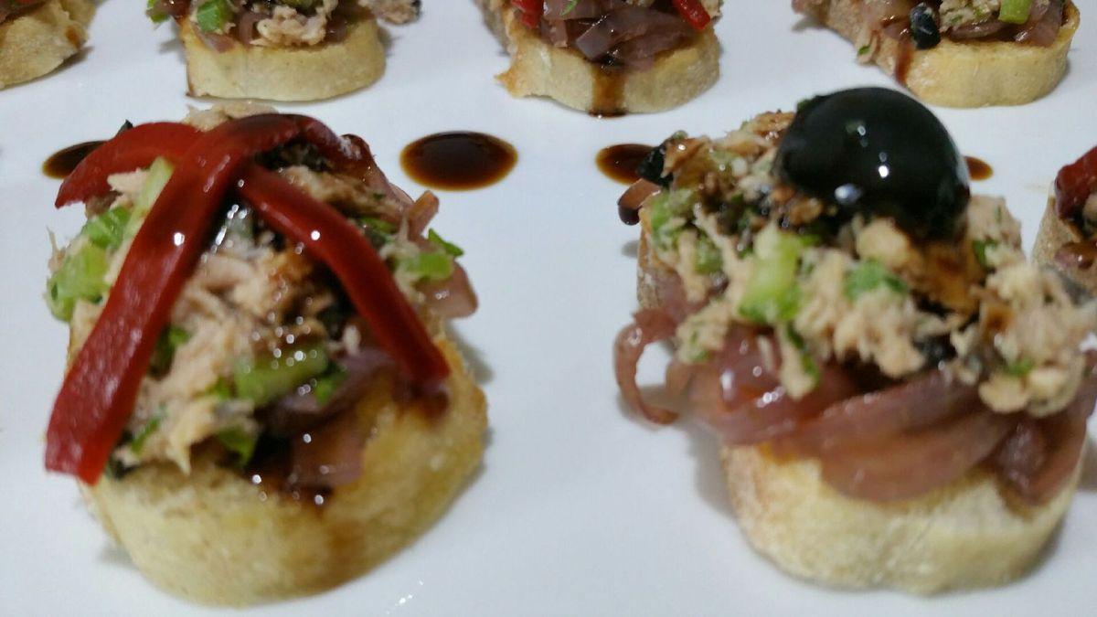 4 - Disposer vos mini-bruschettas sur une assiette décorée et servir à l'apéritif en tapas.