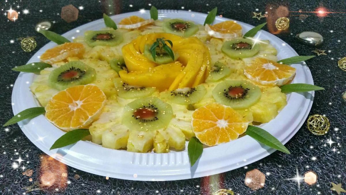 plateau de fruits frais ananas kiwis mangue et clémentines