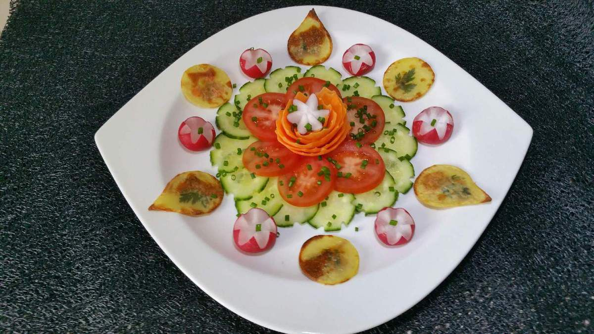 2 - Disposer joliment les crudités taillées ou découpées, les billes de surimi et les chips de pommes de terre dans une belle assiette et servir en entrée avec une sauce vinaigrette (ou autres).