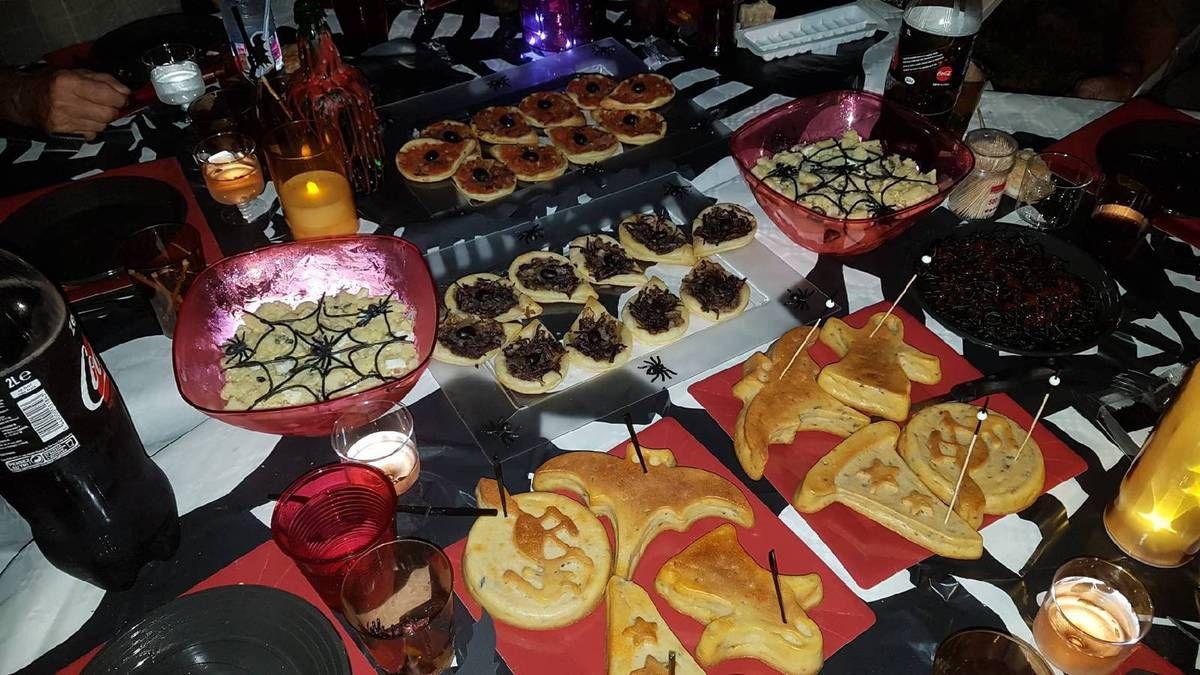 5 - Pour la suite et les plats de résistance de la variété pour satisfaire tout le monde avec : des larmes de sorcières (pizzettes et mini pissaladières), des cakes maléfiques (tomates séchées, olives noires, oeufs ou gambas chorizo), nids d'araignées (ensaladilla rusa décorée de pâtes à l'encre de sèche en forme de toiles d'araignées), Vers gluants ensanglantés (spaghetti à l'encre de sèche et sauce ketchup). Pour retrouver les différentes recettes utilisées voir les liens ci-dessous)