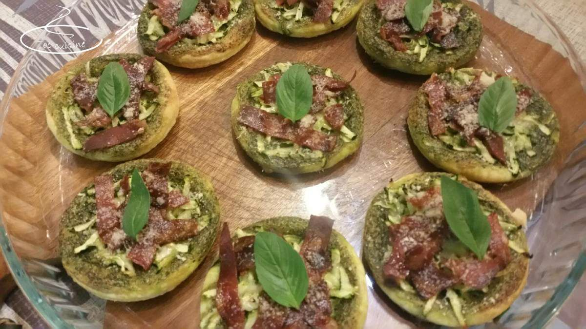 mini-tartes fines au pesto de roquette, pancetta croustillante et parmesan