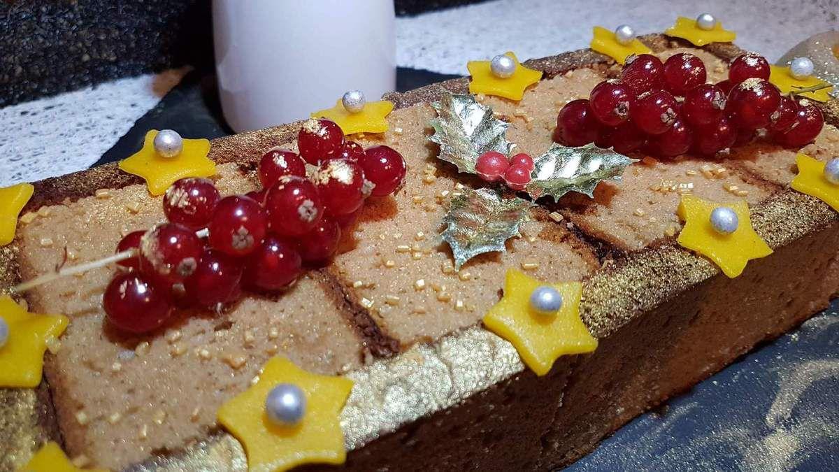 6 - A l'issue des 4 h de repos, démouler votre bûche sur un plat de service, décorer suivant vos envies (ici pâte d'amande, perles de sucre, grappes de groseilles et poudre d'or .... ), et servir accompagné de sauce.