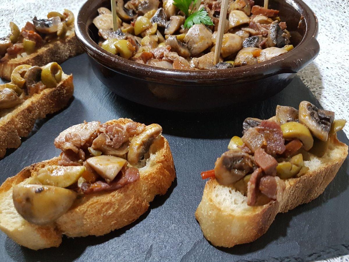 2 - Rectifier l'assaisonnement si besoin et servir bien chaud en tapas sur des tranches de pain grillé ou dans des petits plats en terre cuite.