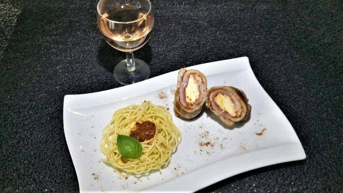 3 - Servir les roulades avec des spaghetti à la tomate, saupoudrer de paprika ou piment d'Espelette et décorer d'une petite feuille de basilic frais
