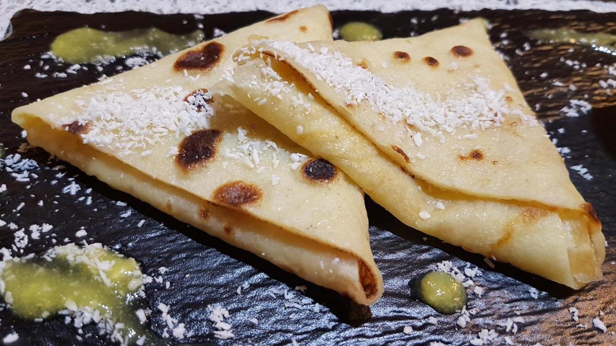 crêpes en samoussas au lait de coco et coulis d'ananas au rhum
