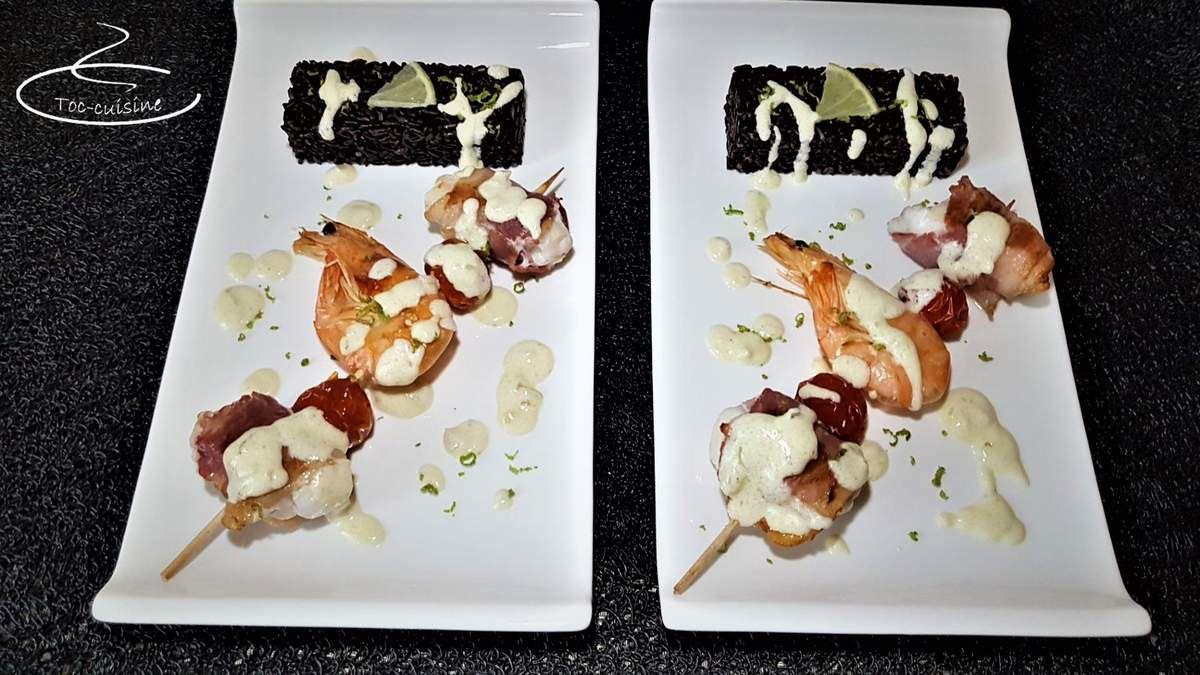 brochettes de lotte et gambas, sauce beurre blanc au citron vert et son riz noir