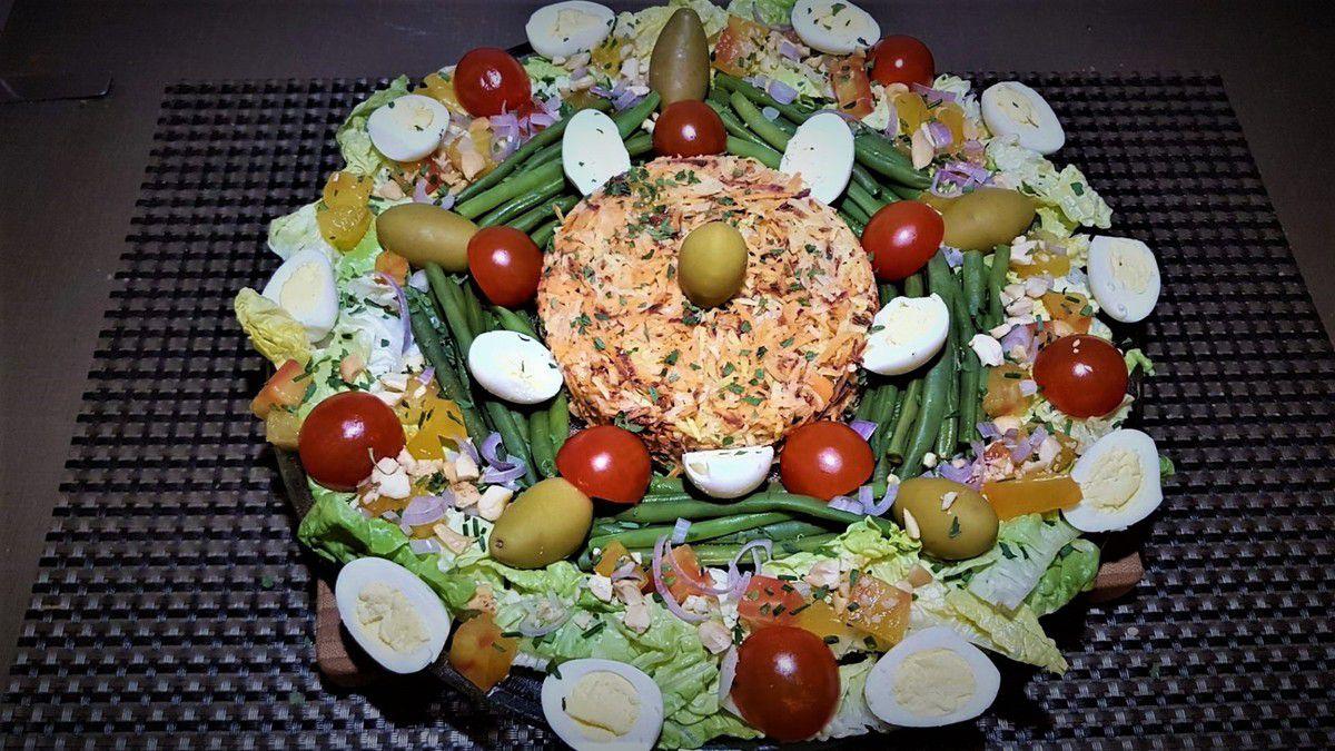 Salade complète composée  : crudités, légumes et oeufs de caille