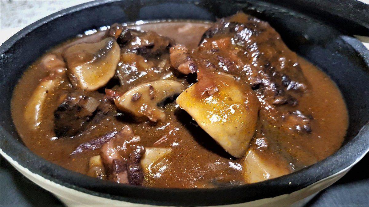 boeuf mijoté au vin rouge aux lardons, champignons, et à la tomate