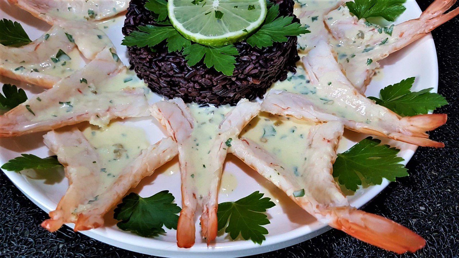 5 - Décorer de quelques feuilles de persil plat frais, d'une rondelle de citron et servir de suite accompagné de la sauce.