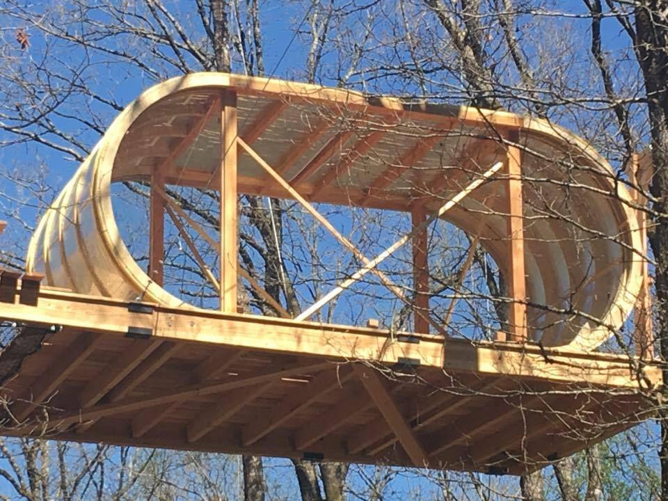 3 semaines de travail pour percher cette nouvelle cabane à 12 mètres dans les arbres uniquement avec des câbles sans parler du parcours de pont de singe pour acceder tout la haut. Gros travail de zinguerie pour habiller le module et lui donner son aspect futuriste.