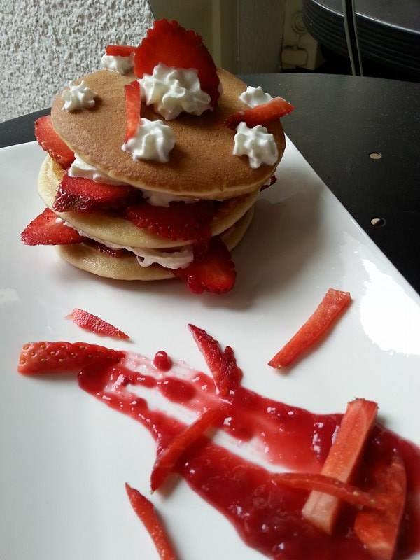 Pancakes à la banane, purée de fraises  et crème chantilly