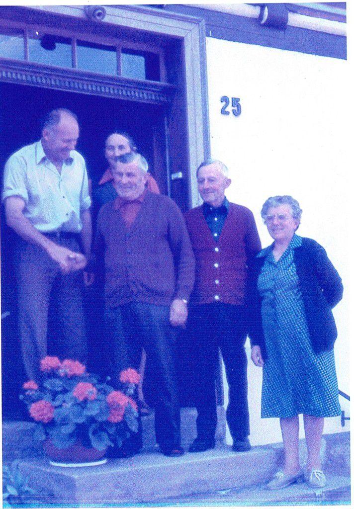 Théo serre la main de Georg, fils du patron qui l'employait à la ferme du 21 mai 1941 au 1er décembre 1942