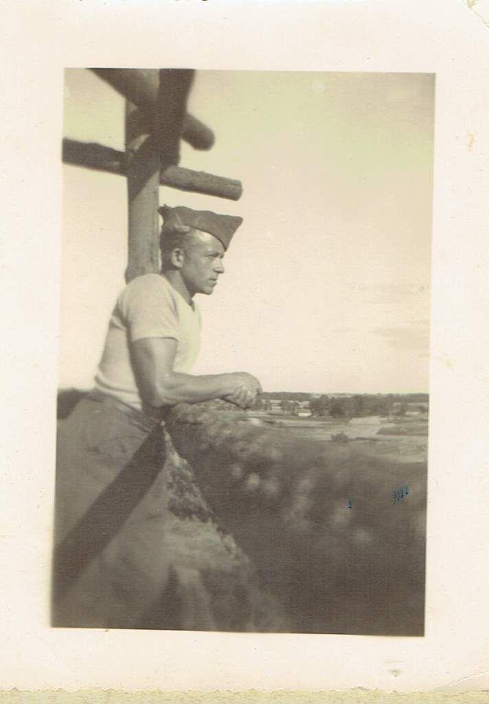 Alphonse, pendant la guerre, vêtu d'un pantalon confectionné par ses soins