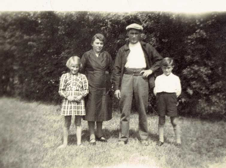 Madeleine et Bernard avec leur père Théo (de retour de la guerre) et leur mère Anna