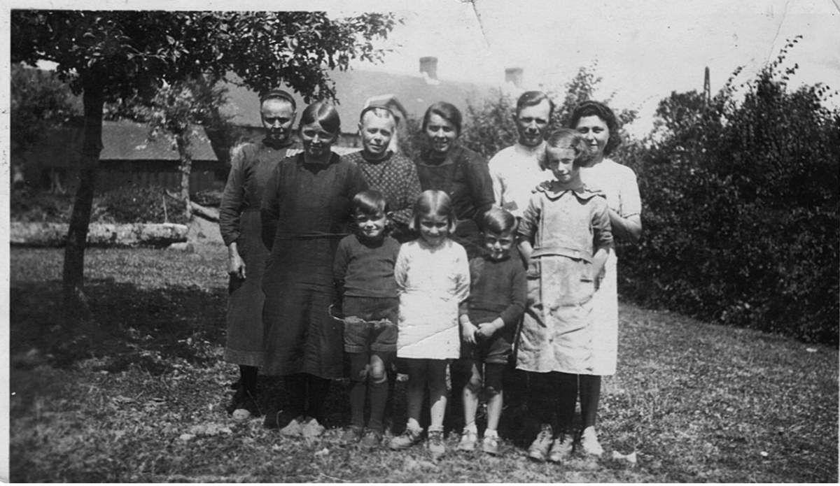 1943 : Au 1er rang : Eugénie Aulnette et son fils Elie, Madeleine, Bernard, Madeleine Jouault.  Au second rang : Anna Duclos, Claire Aulnette, Anna, et son frère Elie, Yvonne Jolivel.
