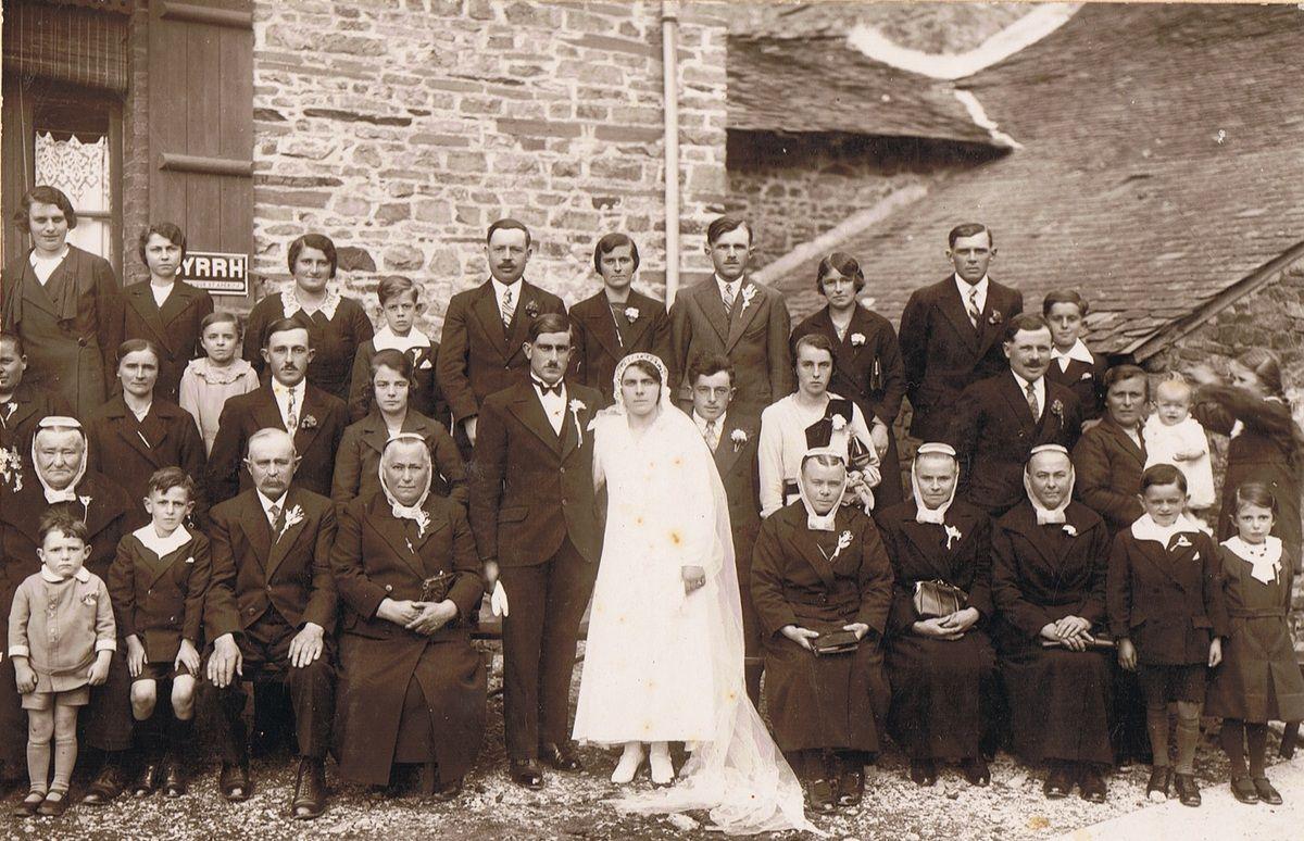 Les mariés, entourés de leur famille. Assis près de Théo : Jean, son père et Marie-Rose, sa mère. Assise près d'Anna : Claire, sa mère.