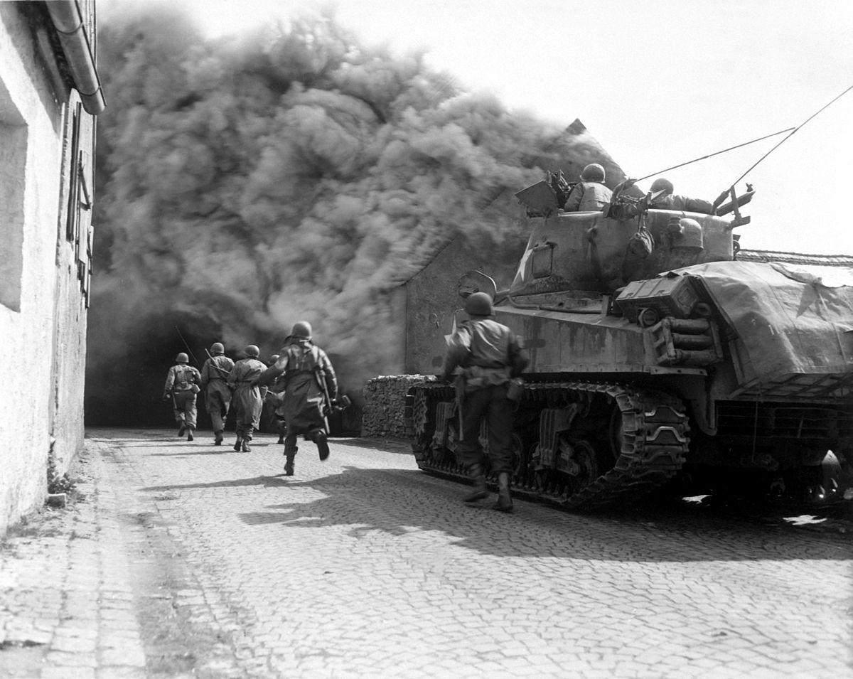 Au moment où Théo quitte l'Allemagne, les soldats américains progressent  vers la frontière tchécoslovaque.