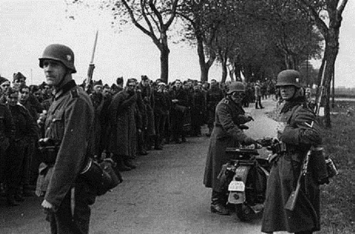 Une colonne de prisonniers français, en route pour l'Allemagne.