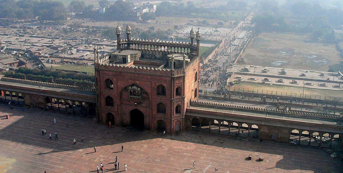 L'Avenue Raj Path avec les divers Secrétariats et Parlements. L'Inspection Archéologique d'Inde reconnaît 175monuments à Delhi comme patrimoine national.La vieille ville est le site où les gouverneursmoghols et les sultans turcs construisirent plusieurs merveilles architecturales comme la plusgrande mosquée d'Inde : La Jama Masjid et leFort Rouge. Le Qutb Minar,élevé dès l'arrivée des musulmans comme une tour de la victoire, servit ensuite comme minaret à la mosquée adjacente. Sa hauteur est de 72,55 m.