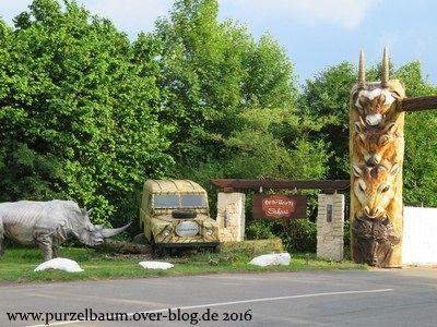 Vor dem Eingang zum Serengeti-Park