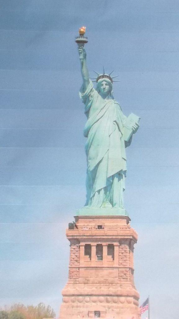 pot de peinture et pinceau au pied de la statue