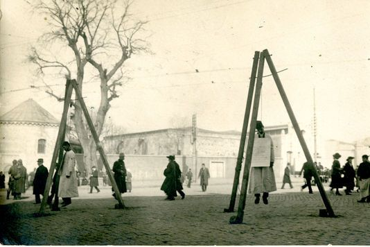 Gibets avec des victimes arméniennes dans une rue de Constantinople, 1917.