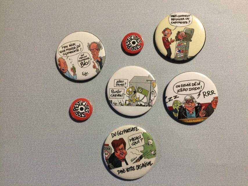 Des badges à l'image de bien des personnes publiques ou politiques dont celui de Nicole Le Peih, députée de Baud-Pontivy. (©Jean-Michel Fournier)