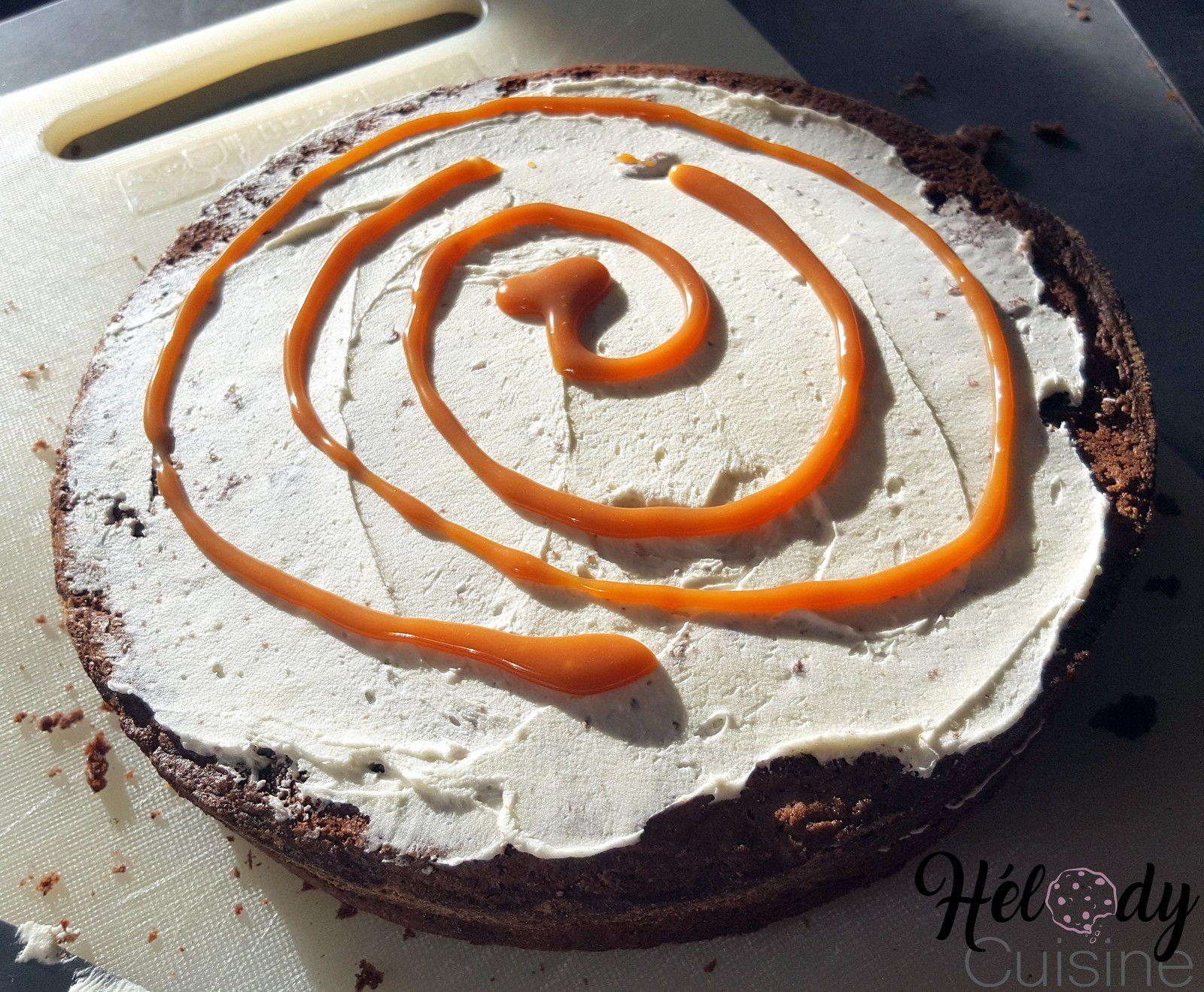 Drip cake chocolat, vanille et sauce caramel