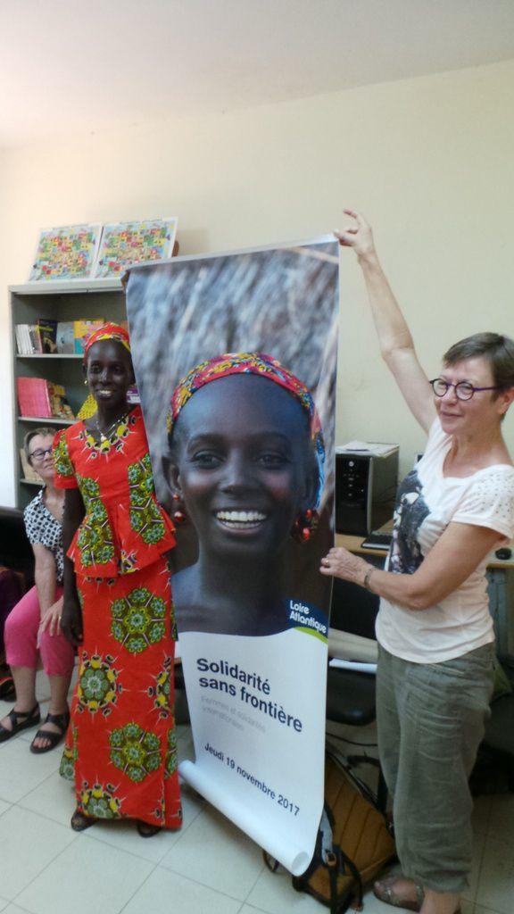 Joëlle, Ndeye et Claudine lors de la remise de l'affiche