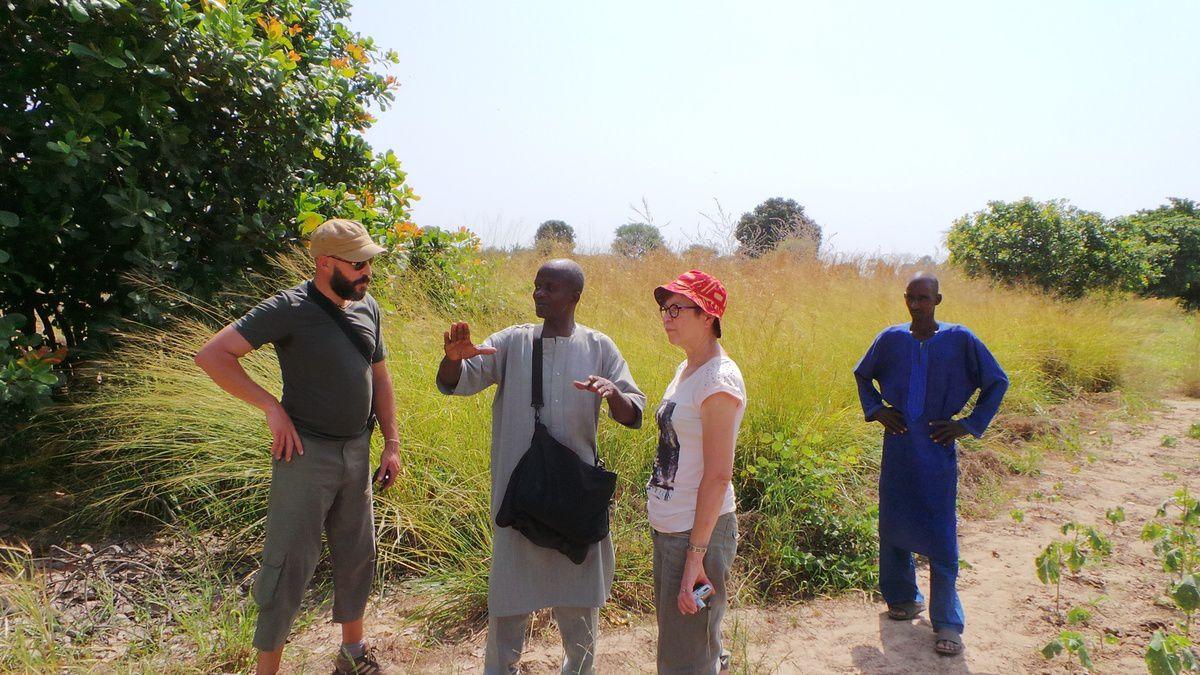 Visite du site de l'implantation du carré maraicher avec à gauche Aziz, maire adjoint de Mainvilliers