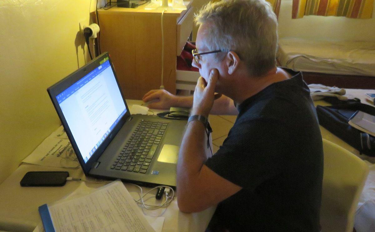 Pierre redige les protocoles avec les porteurs de projets.