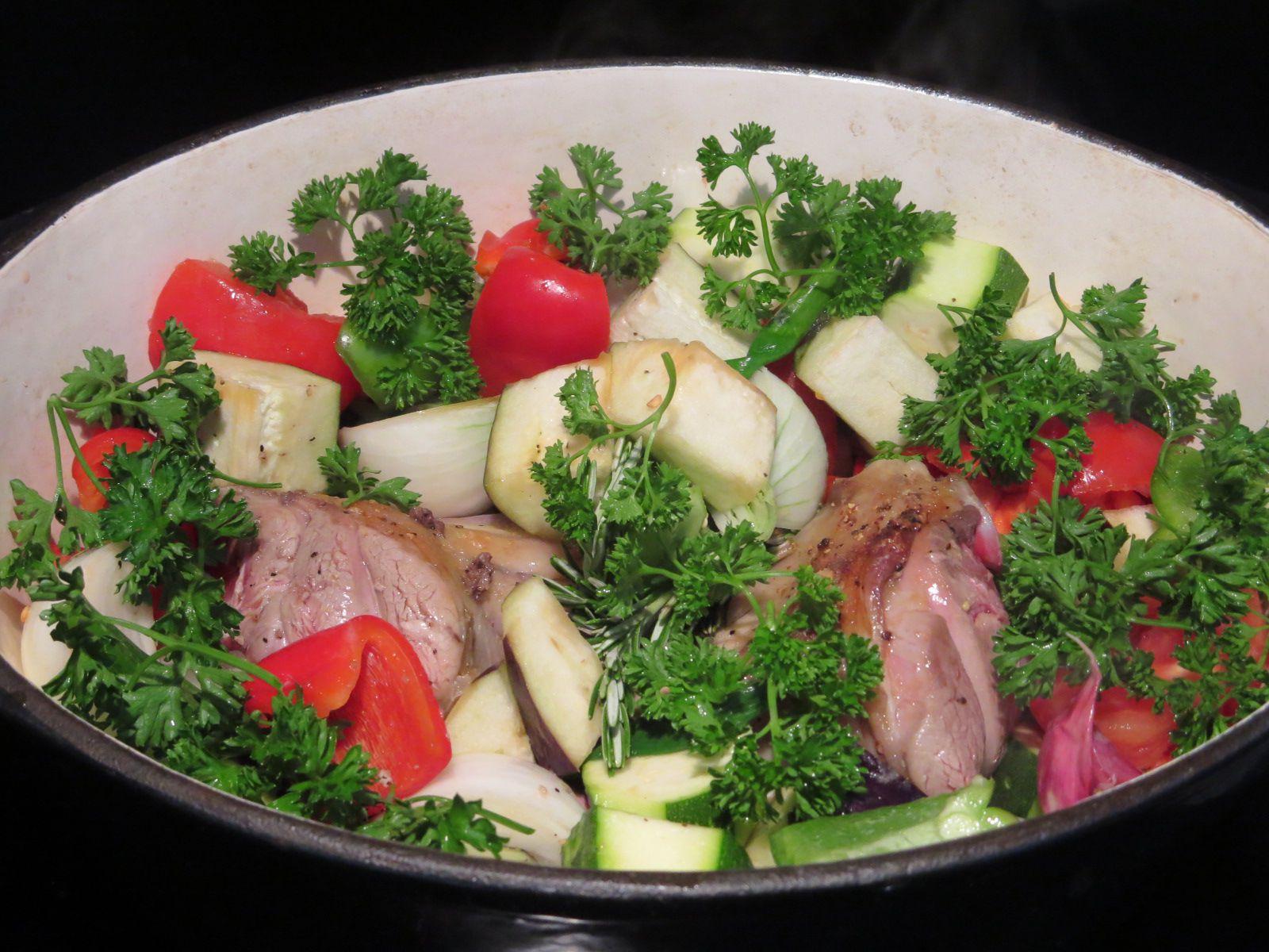 Souris d'agneau en cuisson lente avec les légumes de printemps