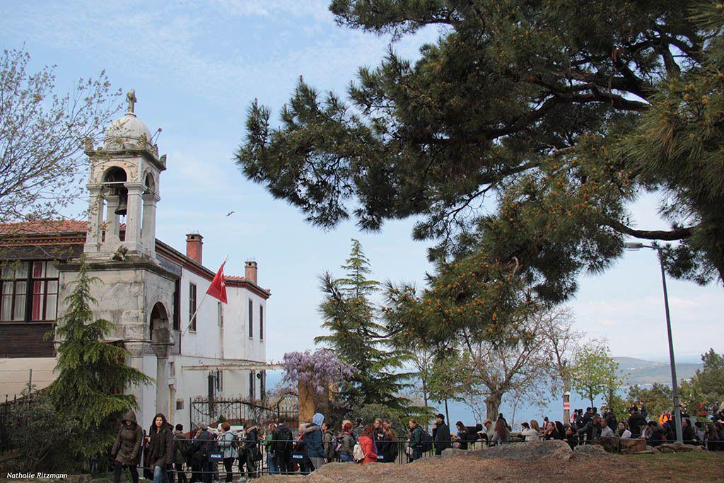 Avant 11 h du matin le 23 avril, il est encore facile de rentrer dans l'église Saint-Georges à Büyükada