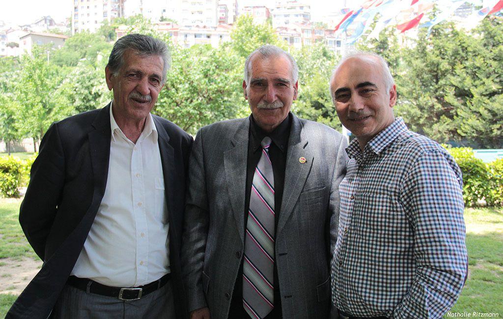 De gauche à droite Selahattin Altay et Riza Altınova, arbitres de cirit et Hüseyin Irmak, initiateur des présentations de cirit à Kağıthane/Istanbul