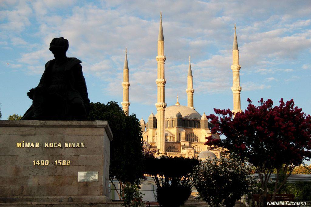 Mosquée Selimiye à Edirne et la statue de son architecte, le célèbre Sinan