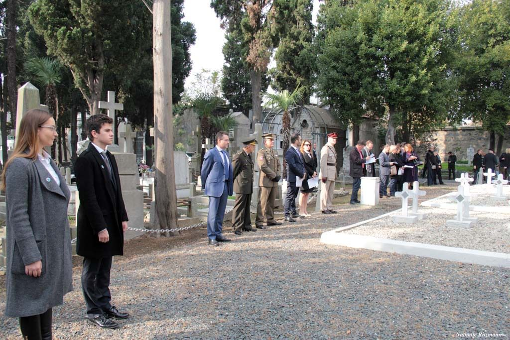 Lycéens de NDS et de Pierre Loti avec les officiels à la cérémonie de l'Armistice à Istanbul