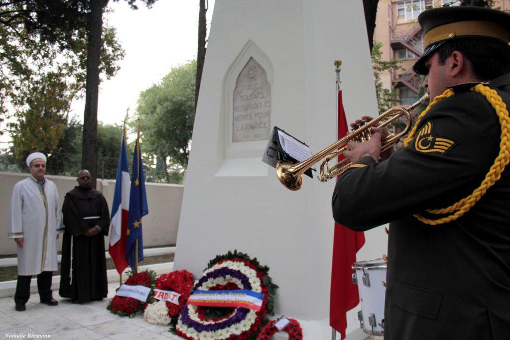 Sonnerie aux morts et minute de silence, cérémonie de l'Armistice à Istanbul