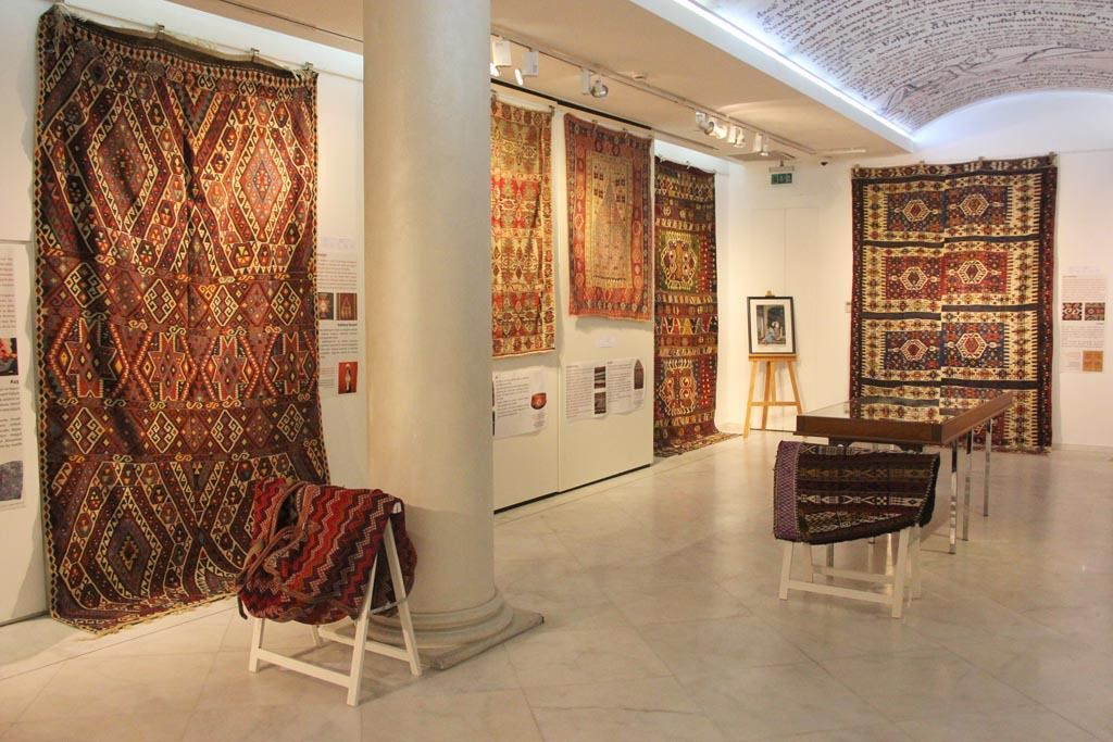 """Exposition """"La symbolique des kilims"""" dans la galerie du lycée Notre-Dame de Sion à Istanbul"""