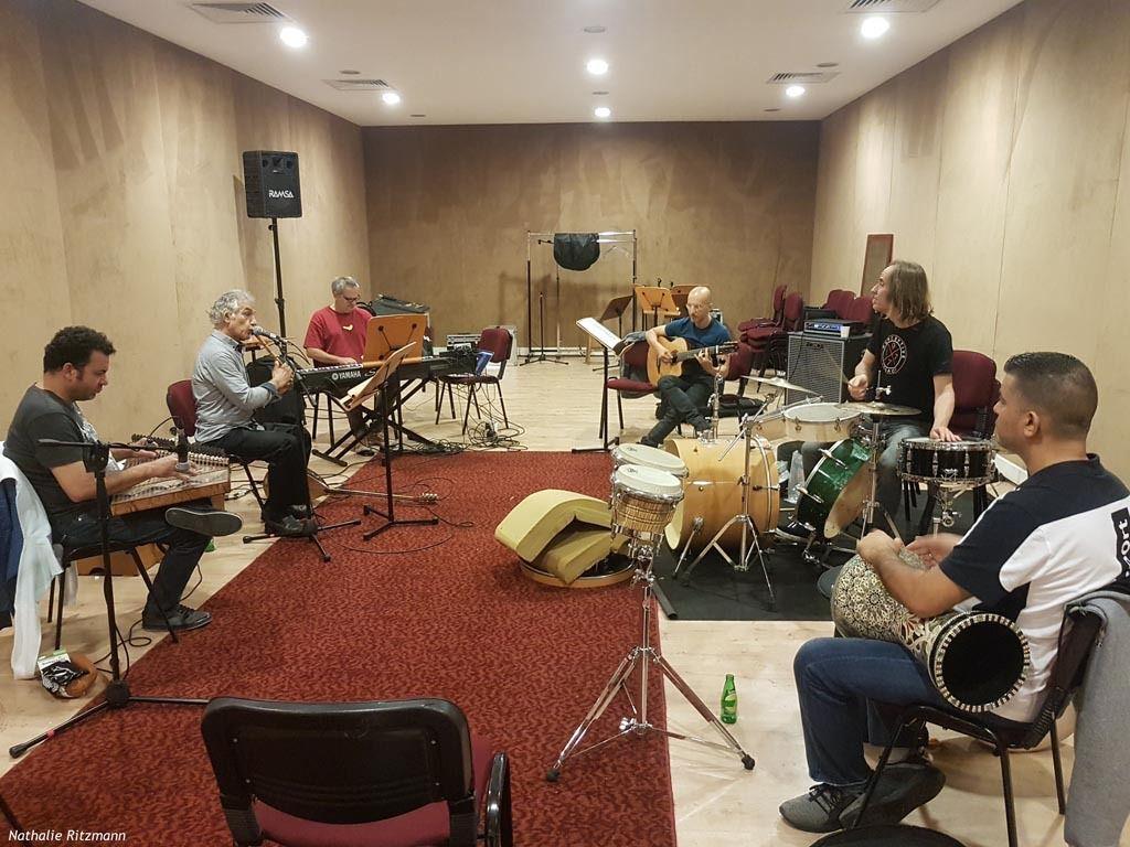 Ömer Faruk Tekbilek entouré de ses musiciens durant une répétition à C.R.R. Istanbul