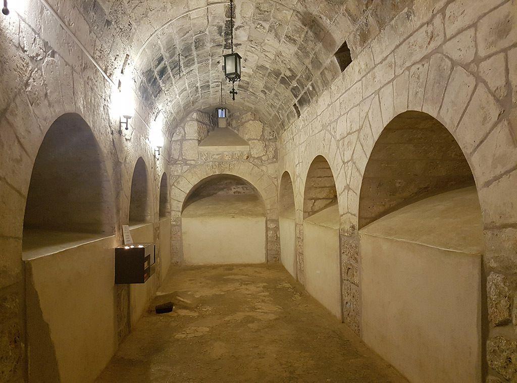 Une partie de la crypte du monastère de Mor Gabriel - la tombe au sol est celle de Saint-Gabriel (d. 668), abbé du monastère puis évêque