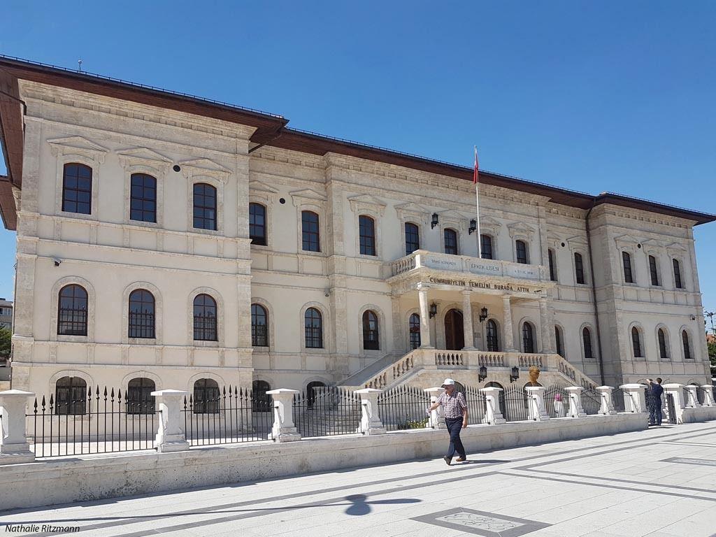 """L'ancien lycée de garçons de Sivas où s'est tenu le Congrès de Sivas - Sur le fronton figure la date du 4 septembre 1919 et en-dessous """"Nous avons jeté ici les bases de la République"""""""