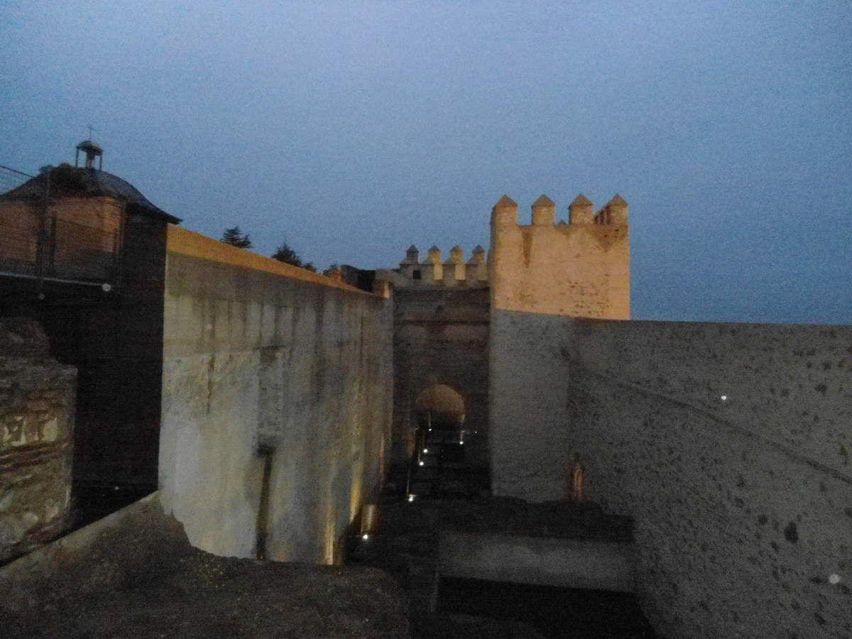 Paseo nocturno por las murallas de la Alcazaba,