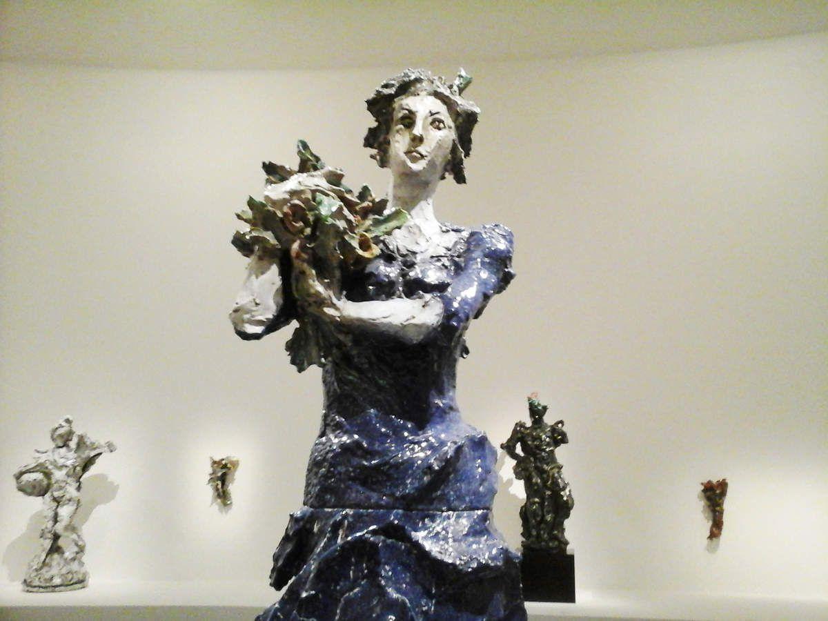 1/Installation néon - céramiques polychromes 2/Christ en croix 1959 3/figure féminine aux fleurs 1948 4/Le guerrier 1949