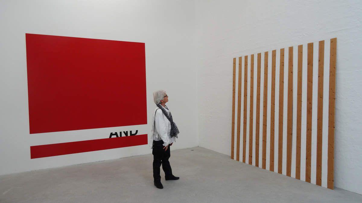"A Gauche : Peter DOWNSBROUGH - Né en 1940 à New Brunswick (New Jersey)  ""And"" Red square/2013  - A droite Panneau de D.Buren"