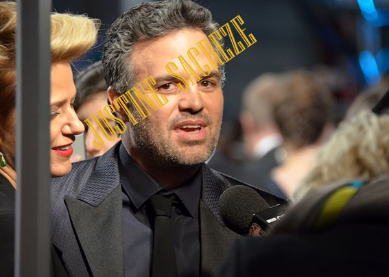 Mark Ruffalo a disparu lui aussi dans la foule compacte du tapis rouge, difficile d'obtenir des images ! Mark Ruffalo disappeared as well in the crowd of the red carpet, hard to get pictures!